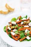 Sałatka z szpinakiem, mozzarellą, orzechami włoskimi i karmelizować marchewkami, Obrazy Stock