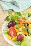 Sałatka z warzywami na bielu talerzu zdjęcie stock