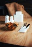 Sałatka z wołowiną, marchewkami i rozpryskanym fasoli konzhutom, Obraz Stock
