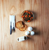Sałatka z wołowiną, marchewkami i rozpryskanym fasoli konzhutom, Zdjęcie Stock