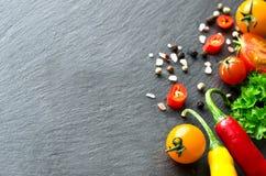 Sałatki i opatrunku składników czereśniowych pomidorów Świezi chilis co Zdjęcie Royalty Free