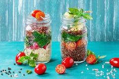 Sałatki z quinoa w słojach obrazy stock