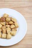Sałatkowi Croutons na Białym talerzu Zdjęcia Royalty Free
