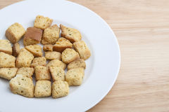 Sałatkowi Croutons na Białym talerzu Zdjęcie Royalty Free