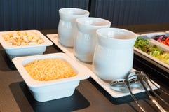 Sałatkowi składniki i opatrunki, samoobsługowy bufet, catering obrazy stock
