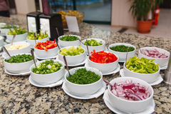 Sałatkowy bar z różnorodnymi pokrojonymi świeżymi warzywami fotografia royalty free