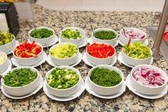 Sałatkowy bar z różnorodnymi pokrojonymi świeżymi warzywami zdjęcia royalty free