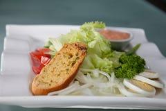 Sałatkowy chleb na talerzu przygotowywającym słuzyć Zdjęcia Royalty Free