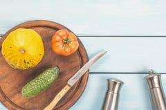 Sałatkowy garmażeryjny przygotowanie karmowy zdrowy jarosz Pomidoru, ogórka i krzaka bania na tnącej desce z nożem, saltcellar Zdjęcie Stock