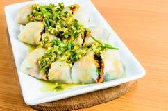 Sałatkowy kluski, tajlandzki jedzenie, warzywo wraped z ryżu prześcieradłem zdjęcie royalty free