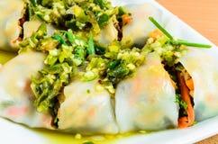 Sałatkowy kluski, tajlandzki jedzenie, warzywo wraped z ryżu prześcieradłem obraz stock