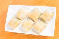 Sałatkowy kluski, warzywo wraped z ryżu prześcieradłem zdjęcie royalty free