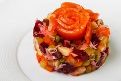 Sałaty sałatka z czerwieni ryba na wierzchołku jako dekoracja w formie wzrastał zdjęcia royalty free
