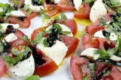 sałatka caprese Pokrojeni pomidory, mozzarella i tarty basil, zdjęcie stock