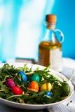 sałatka od arugula i barwionych przepiórek jajek obraz stock