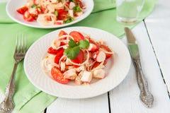 Sałatka od crabmeat pomidorów i kijów Zdjęcie Stock