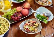 Sałatka, owoc i makaron na drewnianym stole, Obrazy Royalty Free
