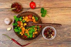 Sałatka z Chickpeas w curry'ego kumberlandzie, Arugula, Piec na grillu bania Zdjęcia Stock
