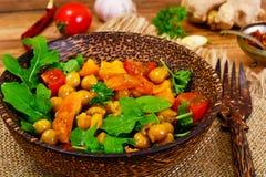 Sałatka z Chickpeas w curry'ego kumberlandzie, Arugula, Piec na grillu bania Fotografia Stock