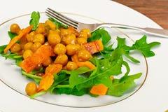 Sałatka z Chickpeas w curry'ego kumberlandzie, Arugula, Piec na grillu bania Zdjęcie Royalty Free