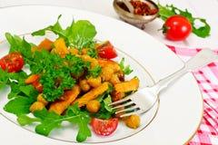 Sałatka z Chickpeas w curry'ego kumberlandzie, Arugula, Piec na grillu bania Fotografia Royalty Free