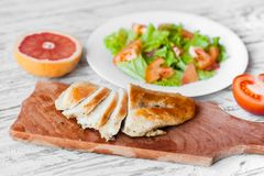 Sałatka z kurczakiem, serem i pomidorami, grapefruitowy, Zdjęcie Stock