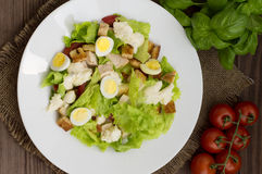 Sałatka z rzodkwi, arugula, kurczaka i przepiórki jajkiem na drewnianym tle, odgórny widok Fotografia Royalty Free