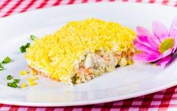 Sałatkowe mimozy na bielu talerzu Fotografia Stock