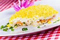 Sałatkowe mimozy na bielu talerzu Zdjęcia Royalty Free