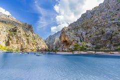 Sa Calobra på den Mallorca ön, Spanien royaltyfri fotografi