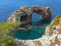 著名石曲拱, sa majorca torre,西班牙 免版税库存照片