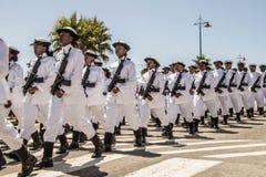 Sa-Marine marschiert in die Bildung und trägt Gewehre Lizenzfreie Stockfotos
