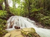 SA NANG MANORA FOREST PARK, PHANG NGA, TAILANDIA, cascada, de largo Imagenes de archivo