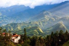 Sa Pa, miasto w górach na zmierzchu obrazy stock
