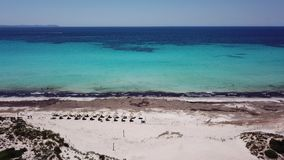 Sa Rapita, Μαγιόρκα Ισπανία Καταπληκτικό εναέριο τοπίο κηφήνων της γοητευτικής παραλίας ES Rapita και της τυρκουάζ θάλασσας απόθεμα βίντεο