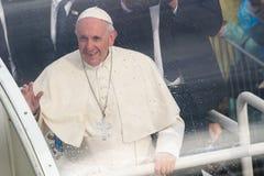 Sa sainteté Pope Francis s'asseyant à pape Mobile image libre de droits