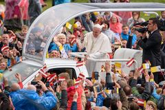 Sa sainteté Pope Francis s'asseyant à pape Mobile et saluant la foule avec des drapeaux de Latvian et de Vatican images stock