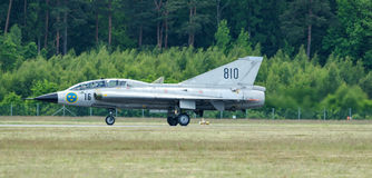 Saab 35 Draken med den dubbla deltan, når landning Arkivfoton