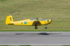 Saab 91 Safir instruktörflygplan precis omkring som ska landas Royaltyfri Bild