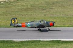 Saab 91 Safir instruktörflygplan som landas precis Arkivbild