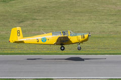 Saab 91 Safir-Trainerflugzeuge gerade ungefähr zum Land Lizenzfreies Stockbild