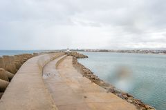 Saadia海岛和波浪和岩石 库存图片