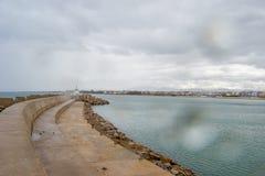 Saadia海岛和波浪和岩石 免版税图库摄影