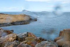 Saadia海岛和波浪和岩石 图库摄影