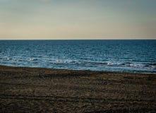 Saaidia日落海滩和波浪和岩石 免版税库存照片