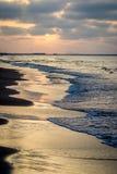 Saaidia日落海滩和波浪和岩石 库存图片