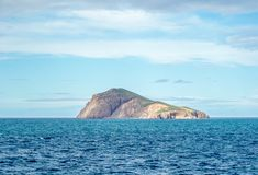 Saaidia海岛和波浪和岩石 库存照片
