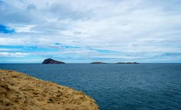 Saaidia海岛和波浪和岩石 免版税库存图片