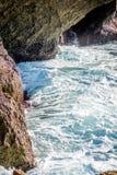 Saaidia海岛和波浪和岩石 免版税库存照片