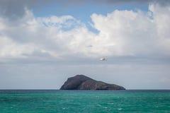 Saaidia海岛和波浪 免版税库存图片